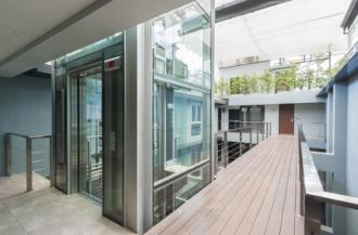 Glasaufzug in modernen Gebäuden